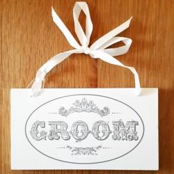 Wit houten bord aan satijn lint met prachtige vintage bedrukking en tekst Groom