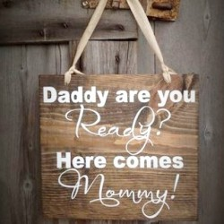Houten bord met de tekst Daddy are you Ready Here comes Mommy