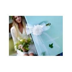 Pak met 4 prachtige, grote strikken met tule en witte bloem en blaadjes