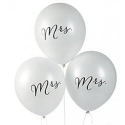 Witte ballonnen met in zwart de tekst Mrs