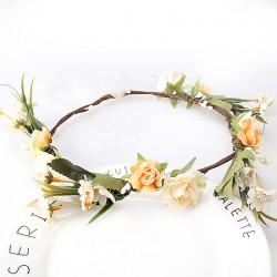 Bohemian style luxe bloemenkrans in de kleuren wit, zacht zalm, zalm, takjes en blaadjes