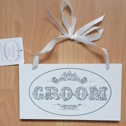 Wit houten bord met zwarte retro tekst Groom aan wit lint