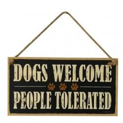 Houten bord aan jute touw met de tekst Dog Welcome People Tolerated
