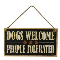 Houten bord aan jute touw met de tekst Dog Welcome People Tolerated