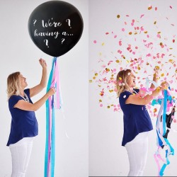 Grote gender reveal ballon zwart met in wit de tekst We're Having A....