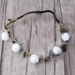 Bohemian style gevlochten haarbandje met blaadjes en witte of ivoorkleurige roosjes en tule accentje