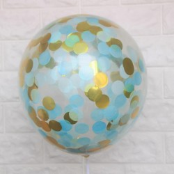 Doorzichtige ballonnen met goudkleurige metallic, licht blauwe en witte confetti
