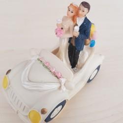 Bruidspaar in auto vintage look