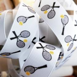 Wit lint met tennis rackets en ballen erop