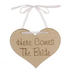 Hartvormig licht bruin houten bord met in donker bruin de tekst Here comes the Bride