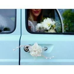 Pak met 4 boeketjes met ivoorkleurige rozen de luxe met tule, lint en rotan decoraties met parel