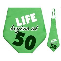 Grote groene stropdas met de tekst Live begins at 50