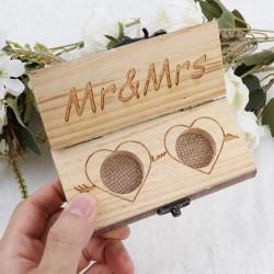 Houten ringendoosje Mr en Mrs met dekseltje en 2 hartvormige uitsparingen voor de ringen