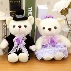 Berenbruidspaar van ongeveer 25 cm groot in een stijlvolle bruidsoutfit met paarse accenten