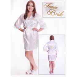 Prachtige witte kimono met in goud geborduurd de tekst Team Bride er op