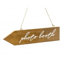Houten pijl met de tekst Photo Booth aan touw