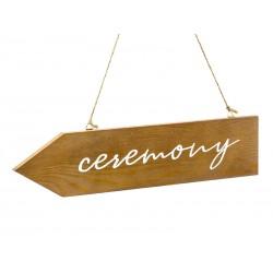 Houten pijl met de tekst Ceremony aan touw