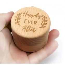 Houten ringendoosje met dekseltje en de tekst Happily Ever After