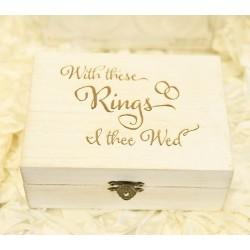 Bijzonder houten whitewashed ringendoosje met boven op de tekst With these rings I thee wed