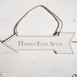 Houten pijl aan een touw met de tekst Happily Ever After