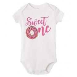 Baby rompertje Sweet One wit met roze tekst en de afbeelding van een donut