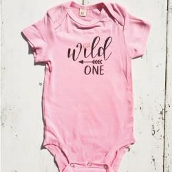 Babyromper Wild One Tribal roze met zwarte tekst en pijl