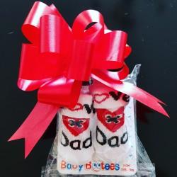 Baby sokjes I Love Mum of Dad wit met rood en zwart in cadeau verpakking