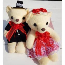 Berenbruidspaar van ongeveer 15 cm groot in een stijlvolle bruidsoutfit met rode accenten