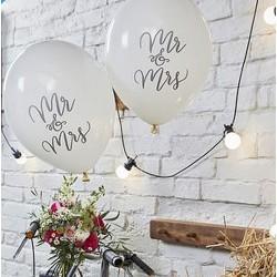 Pak met 10 ballonnen wit met in sierlijke letters de tekst Mr and Mrs