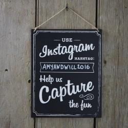 Krijtbord aan touw met de tekst Use Instagram Hashtag