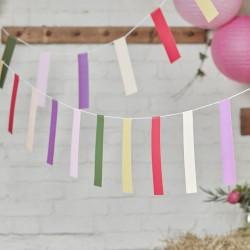 Kleurrijke slinger met vrolijke rechthoekige vlaggetjes
