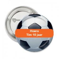 Button voetbal met oranje tekstvlak