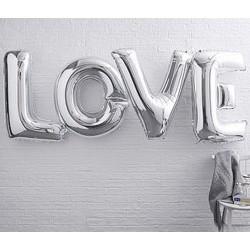 Gigantische metallic zilveren helium ballonnen die samen het woord LOVE vormen