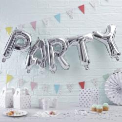 Grote metallic zilveren ballonnen die samen de woorden PARTY vormen